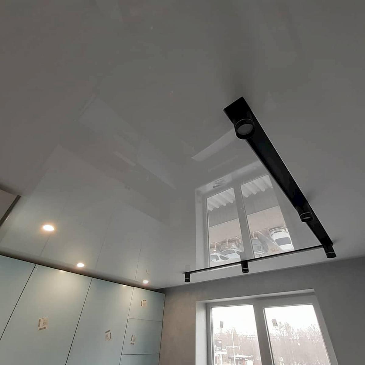 Натяжной потолок с трековыми светильниками 10