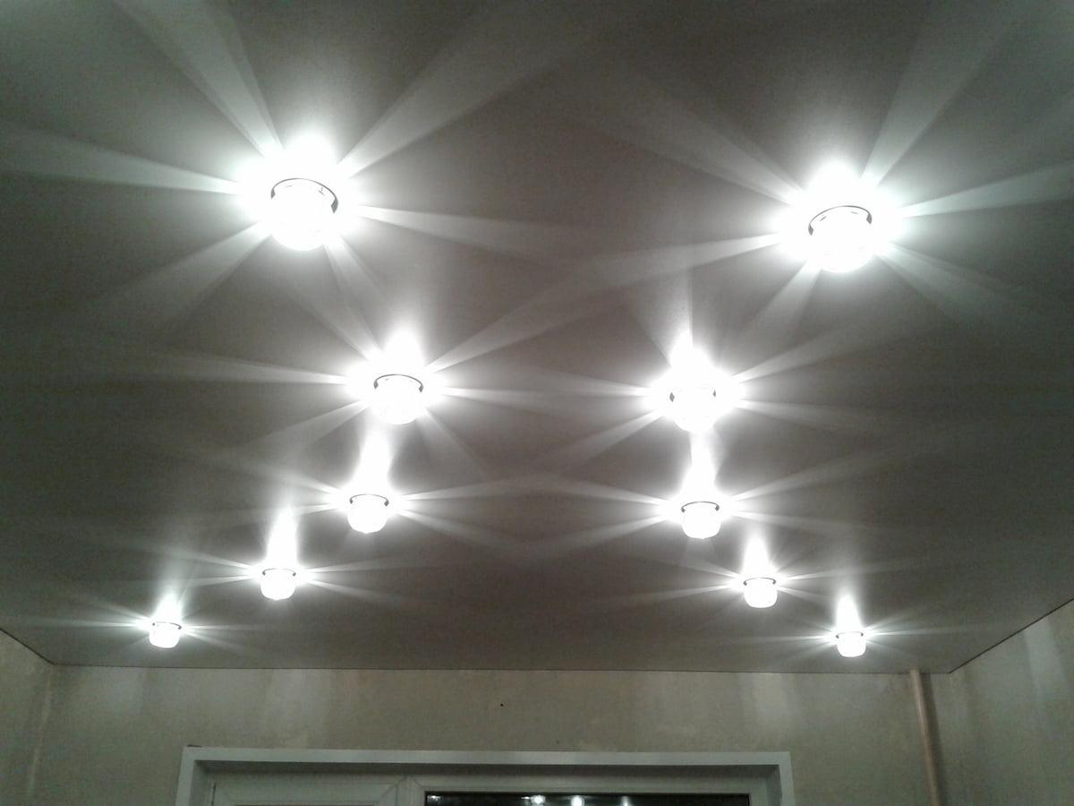 Потолок с точечным светильником #12