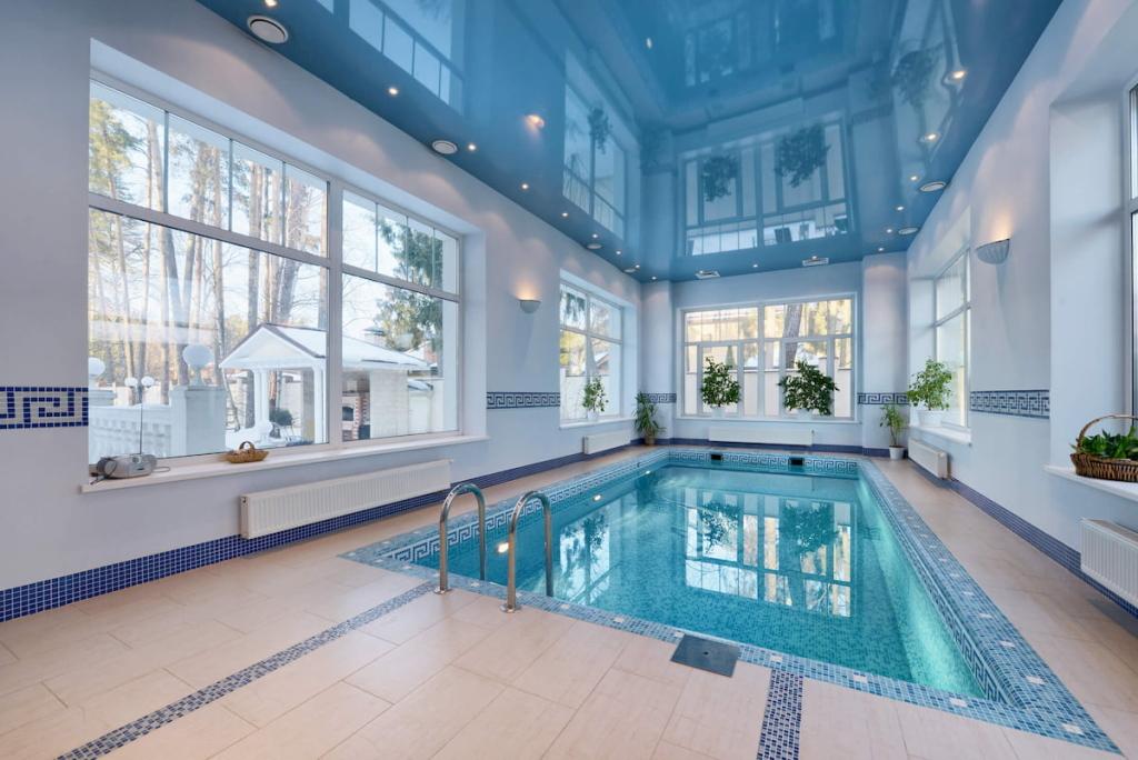 Натяжные потолки для бассейнов