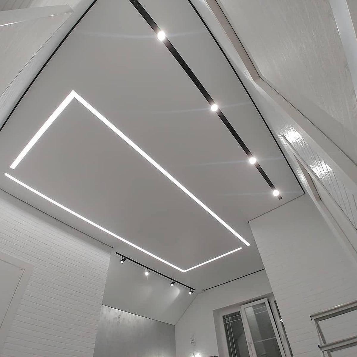 Натяжной потолок с трековыми светильниками 14