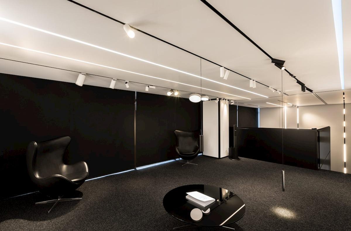 Натяжной потолок с трековыми светильниками 17
