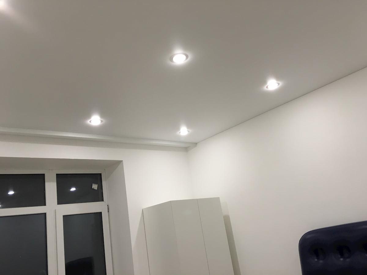Потолок с точечным светильником #17