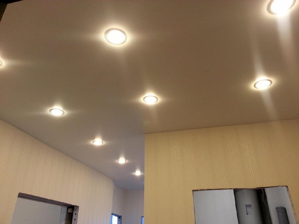 Потолок с точечным светильником #18