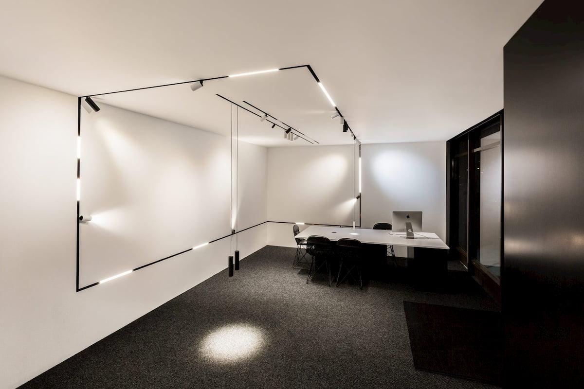 Натяжной потолок с трековыми светильниками 3