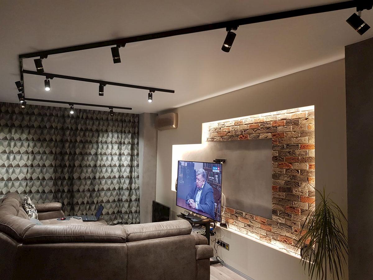 Натяжной потолок с трековыми светильниками 4