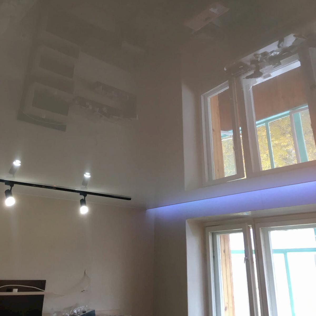 Натяжной потолок с трековыми светильниками 6