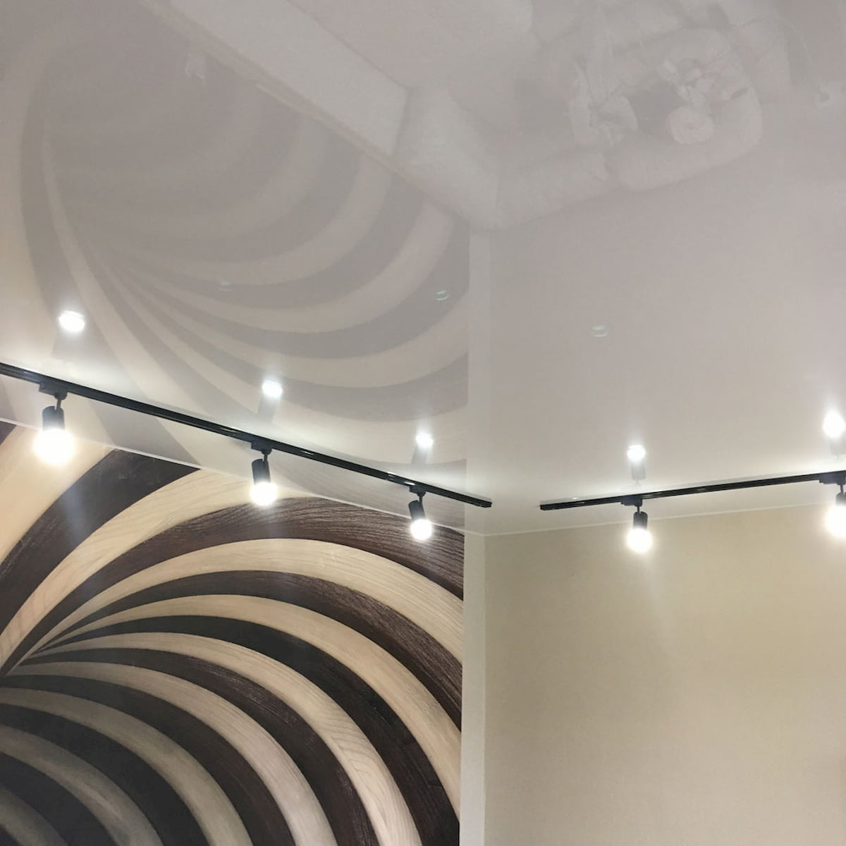 Натяжной потолок с трековыми светильниками 7