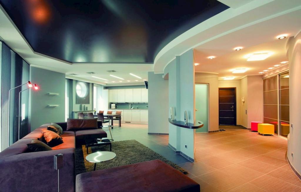 Натяжные потолки для гостиной-студии