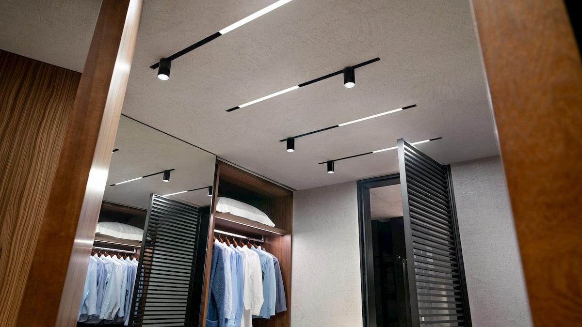 Натяжной потолок с трековыми светильниками 8